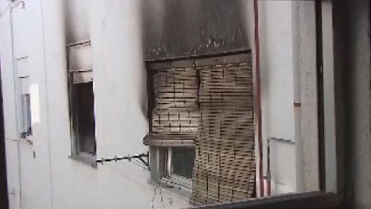 Nueve personas intoxicadas por humo, una grave, en un incendio en Alcalá de Henares