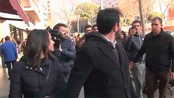 Un hombre increpa a Arrimadas mientras paseaba con su  marido por Barcelona