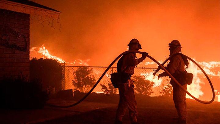 """""""Thomas"""" se convierte en el incendio más grande de la historia de California"""