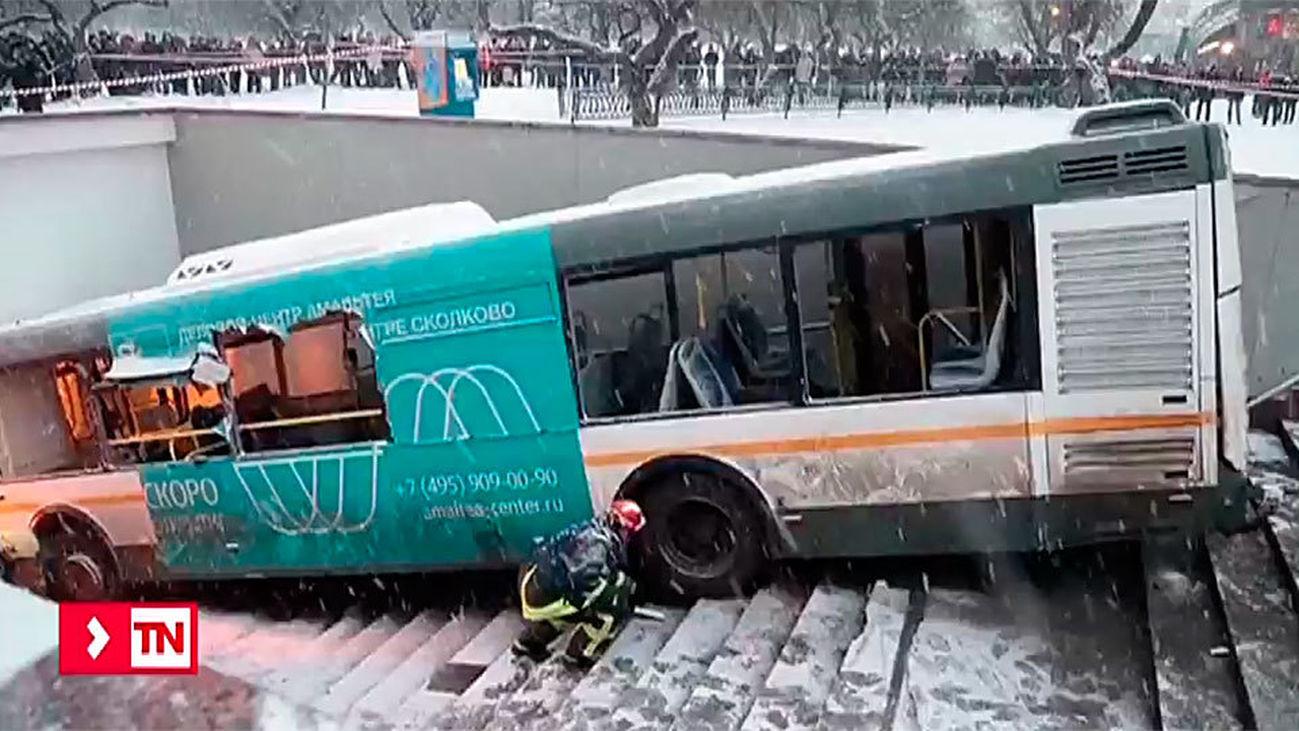 Un autobús se precipita por una boca del metro de Moscú y deja cinco muertos y otras 13 personas heridas
