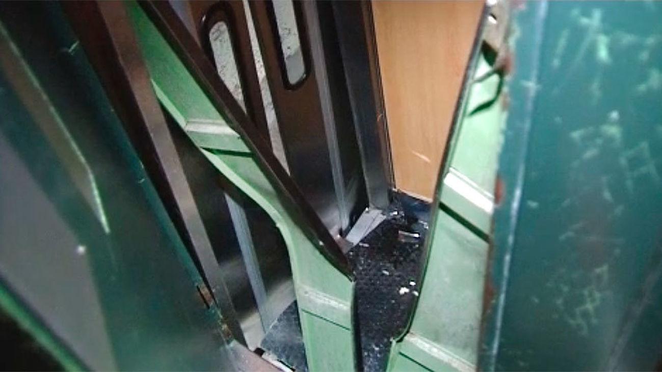 Cuatro heridos de una misma familia tras descolgarse un ascensor en la Travesía Conde Duque