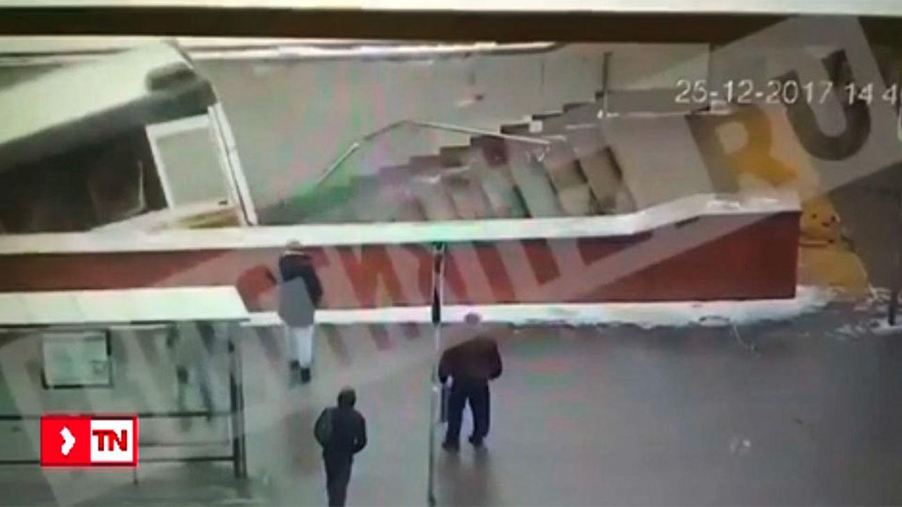 Al menos 5 muertos al irrumpir un autobús en una boca de metro en Moscú