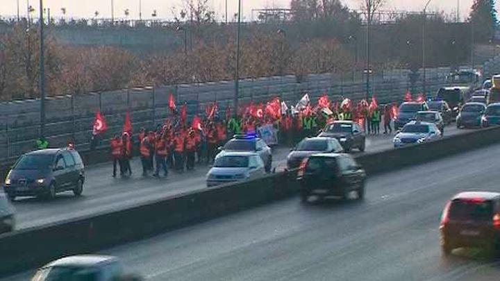 Los trabajadores de la empresa Avanza marchan por la A-42 para reivindicar una solución