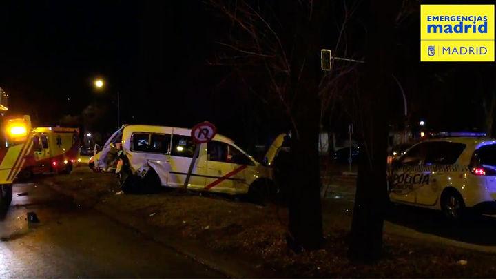 Tres heridos, uno de ellos en estado crítico, tras el choque de un turismo y un taxi en la capital