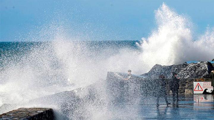 Dos muertos tras ser arrastrados por una ola en Mutriku (Gipuzkoa)
