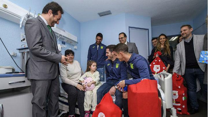 El Leganés lleva ilusión y regalos al hospital Severo Ochoa