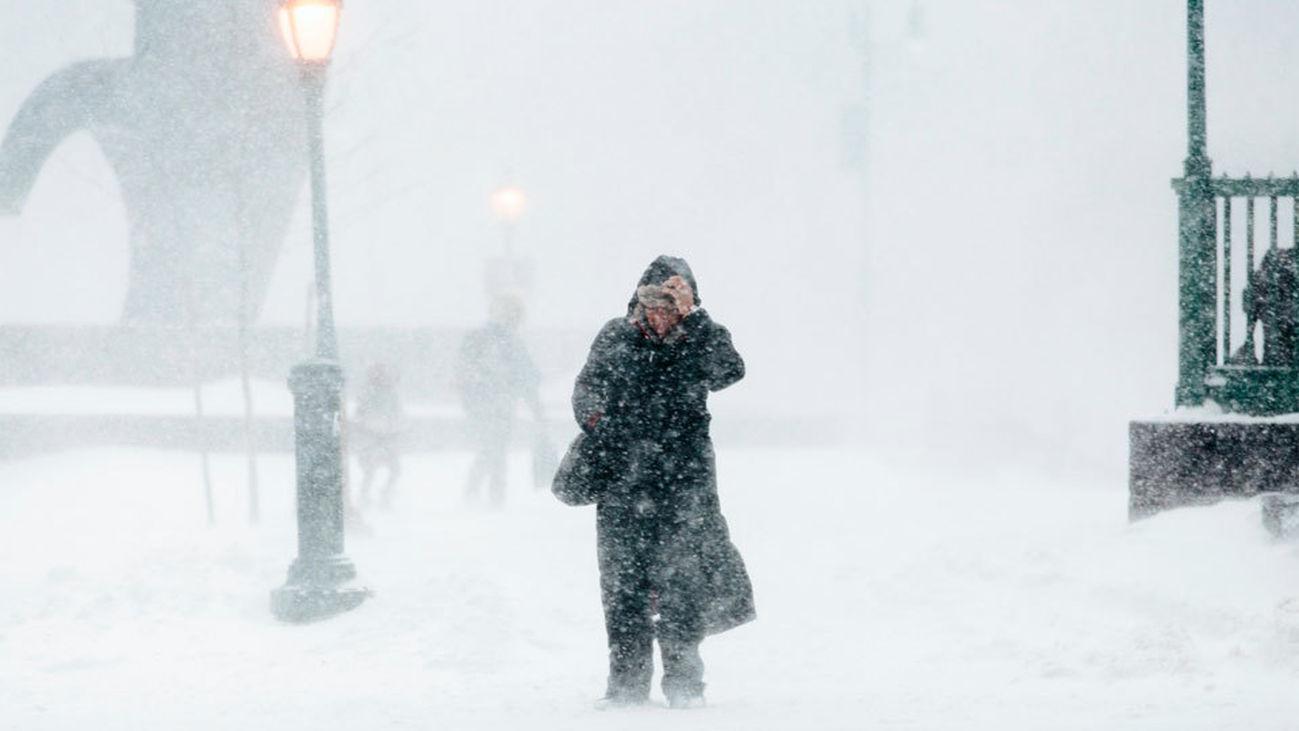 La nieve, frío y viento del 'ciclón bomba' que afecta a EE.UU. causa 16 muertos