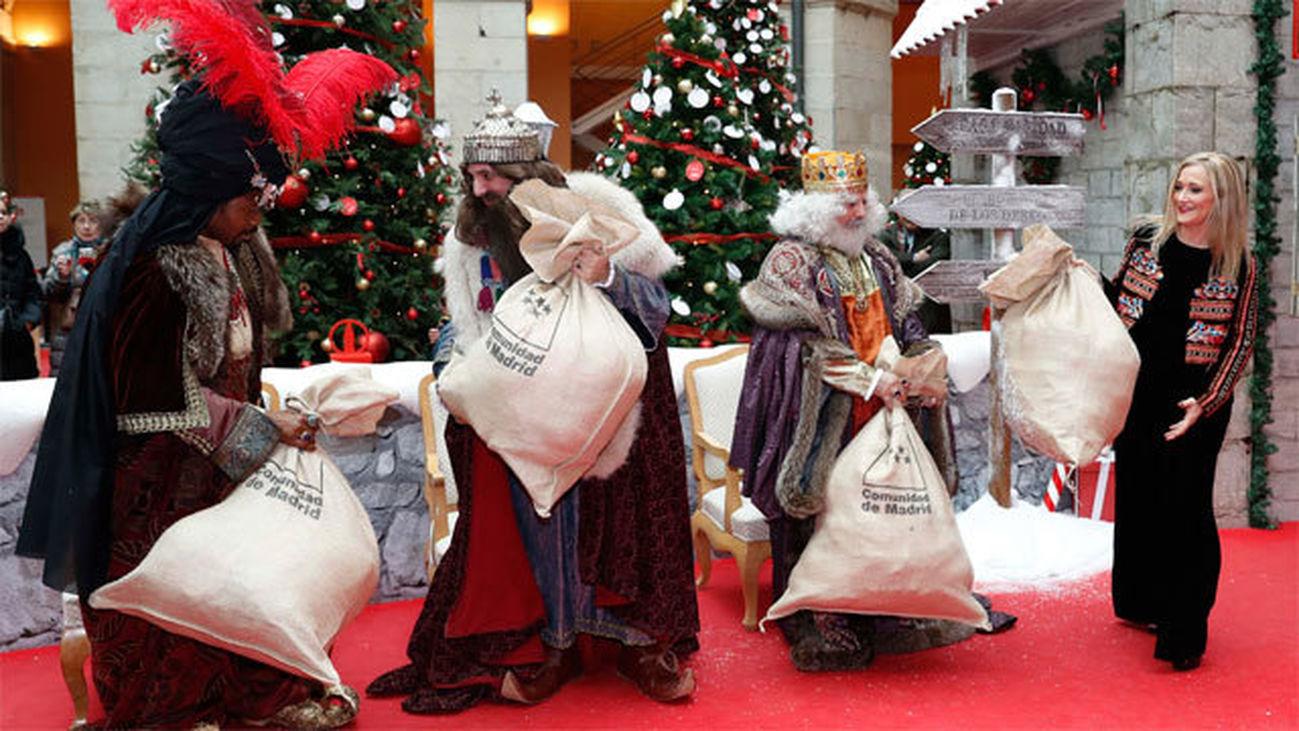 Cifuentes da la bienvenida  a los Reyes Magos y les entrega sus deseos