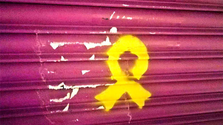 Granollers: Pintan un lazo amarillo en el comercio de la madre de Rivera