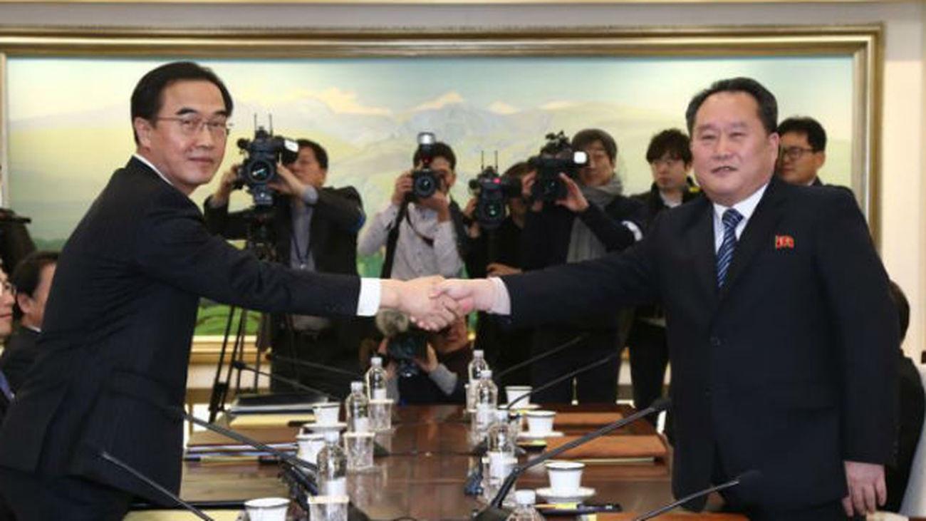 El ministro de Unificación de Corea del Sur y delegado en jefe Cho Myoung-gyon y el principal delegado de Corea del Norte Ri S