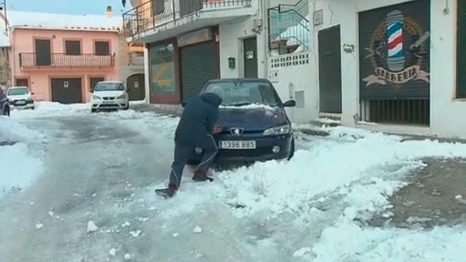 Las placas de hielo complican el tráfico y la movilidad de los madrileños