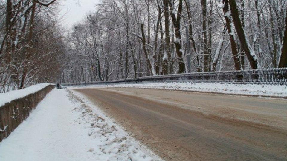 Esparcen 57 toneladas de sal en las carreteras de Madrid para evitar placas de hielo