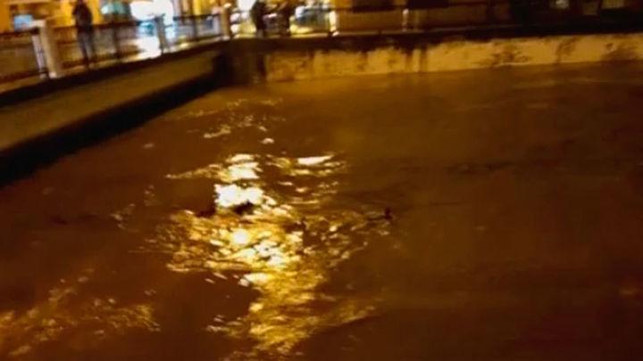 Los Bomberos rescatan a varios automovilistas atrapados en balsas de agua en Vizcaya