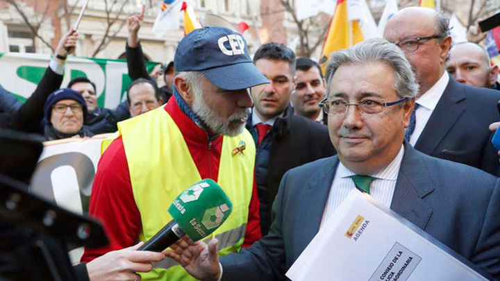 Zoido ofrece a policías y guardias civiles la equiparación salarial con los mossos en tres años