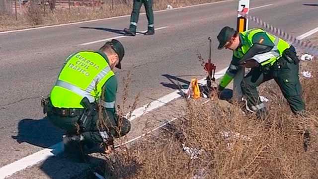 Agentes de la Guardia Civil investigan en una carretera