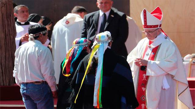El papa Francisco saluda a representantes del pueblo Mapuche durante una multitudinaria misa en Temuco (Chile)