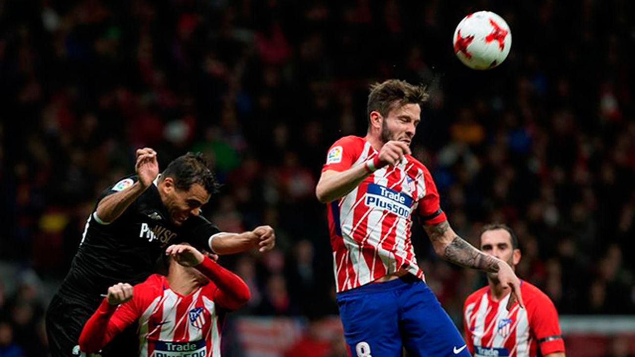 El centrocampista del Atlético de Madrid Saúl Ñíguez cabecea el balón