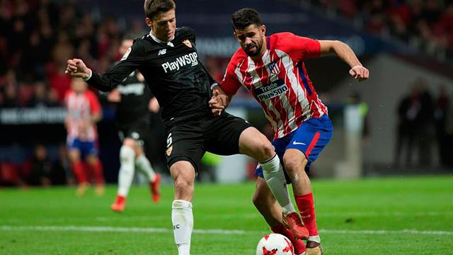 El francés Lenglet y Diego Costa pugnan por un balón dividido