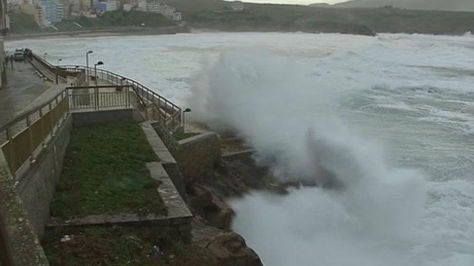 Muere un hombre por el fuerte oleaje en el litoral cantábrico y gallego
