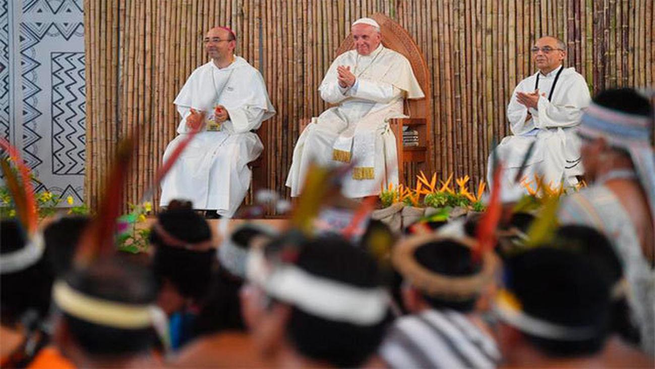 Francisco preside una reunión con representantes de los indígenas en el Coliseo de Madre de Dios, en Puerto Maldonado (Perú)