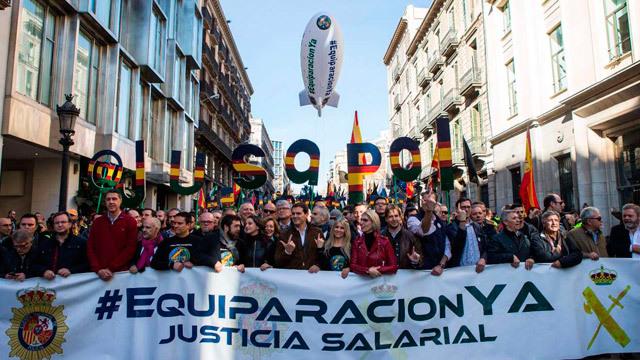 Miles de policías y guardias civiles piden en Barcelona la equiparación salarial