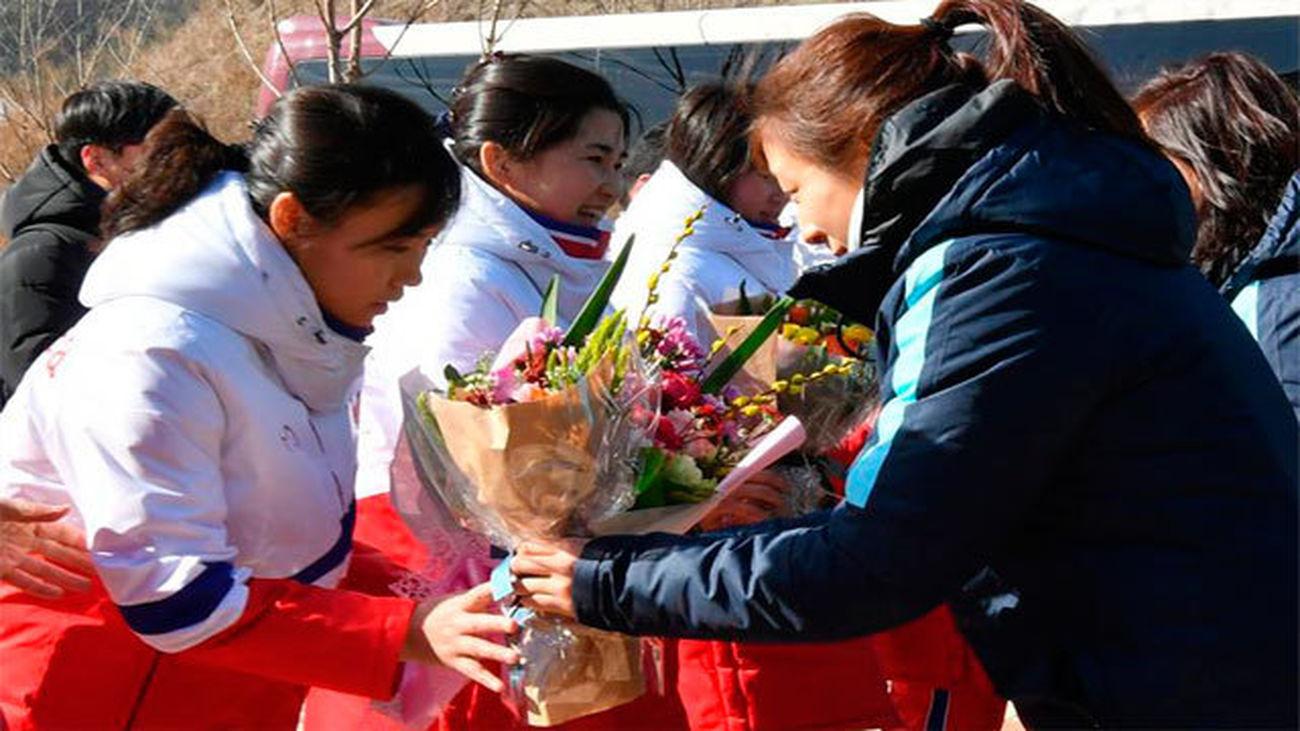 El equipo femenino de hockey sobre hielo de Corea del Norte llega a Corea del Sur