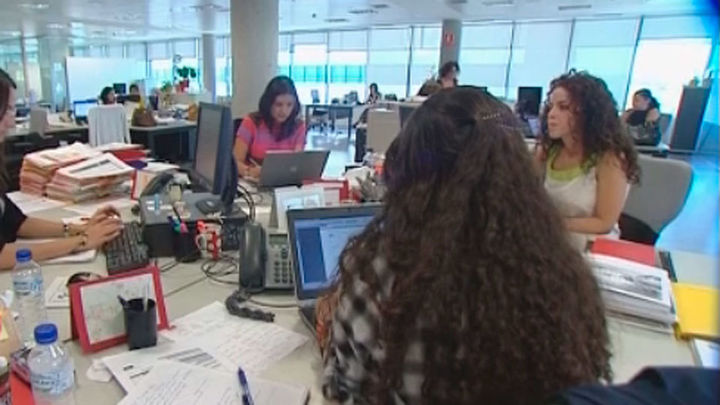 El paro baja en 471.100 personas en 2017 y se crean 490.300 empleos