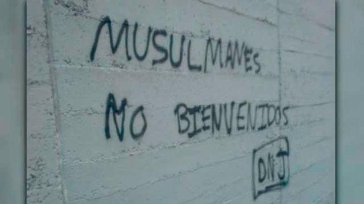 """Pintada de """"Musulmanes no bienvenidos"""" en los alrededores de la mezquita de la M30 en Madrid"""