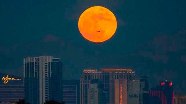 La luna se tiñe de color rojizo en un eclipse total seguido en medio mundo