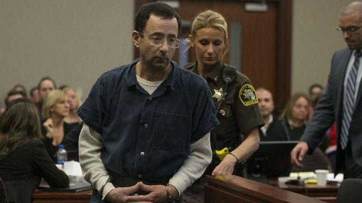 El padre de tres víctimas del ex médico deportivo de EEUU, Larry Nassar, intenta agredirlo en juicio
