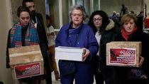 Víctimas del accidente de Spanair entregan 70.000 firmas  para que el Congreso abra una comisión de investigación