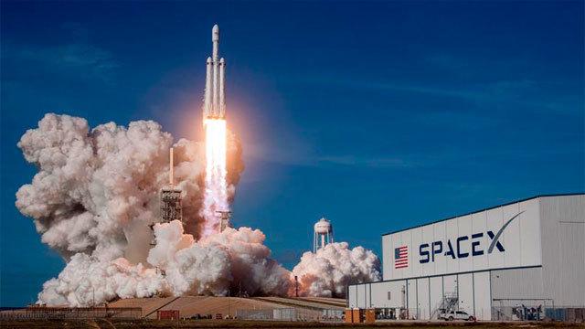 El cohete Falcon Heavy despegando