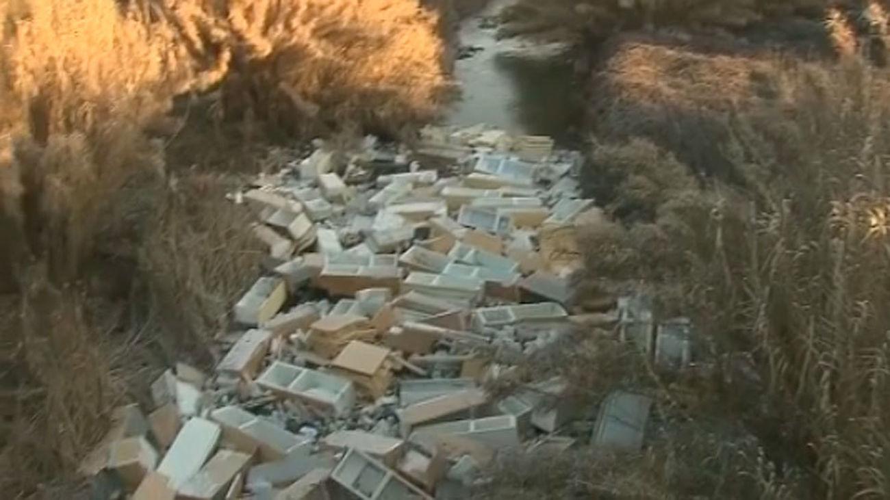 La basura y la chatarra bloquean el río Guadarrama a su paso por Móstoles