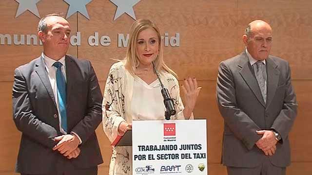 Cifuentes con los representantes del taxi