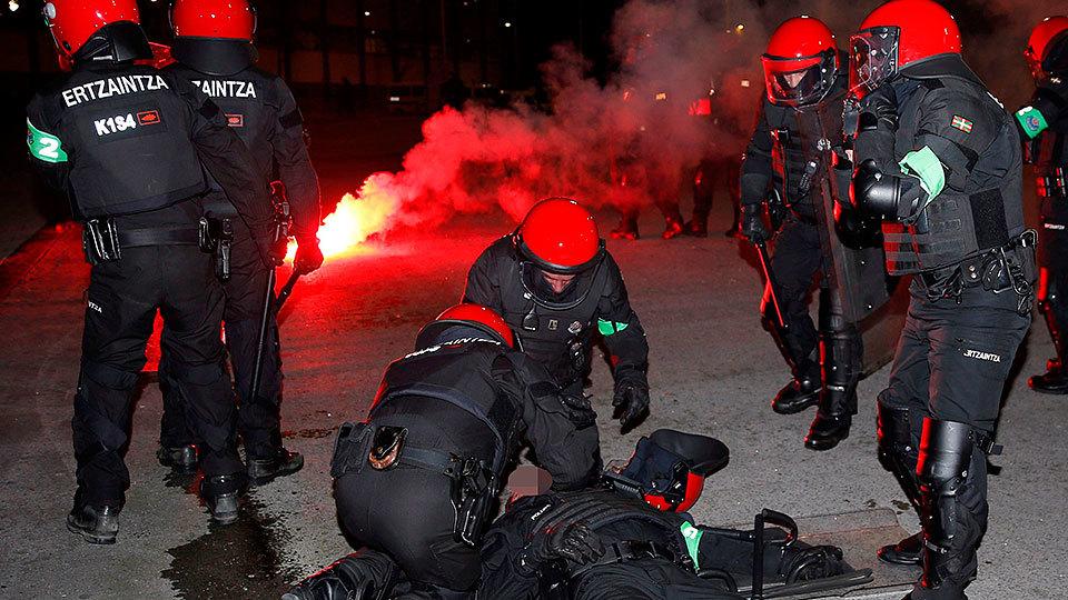 Un ertzaina muere, tras sufrir un infarto, durante los enfrentamientos antes del partido de la Liga Europa entre el Athletic de