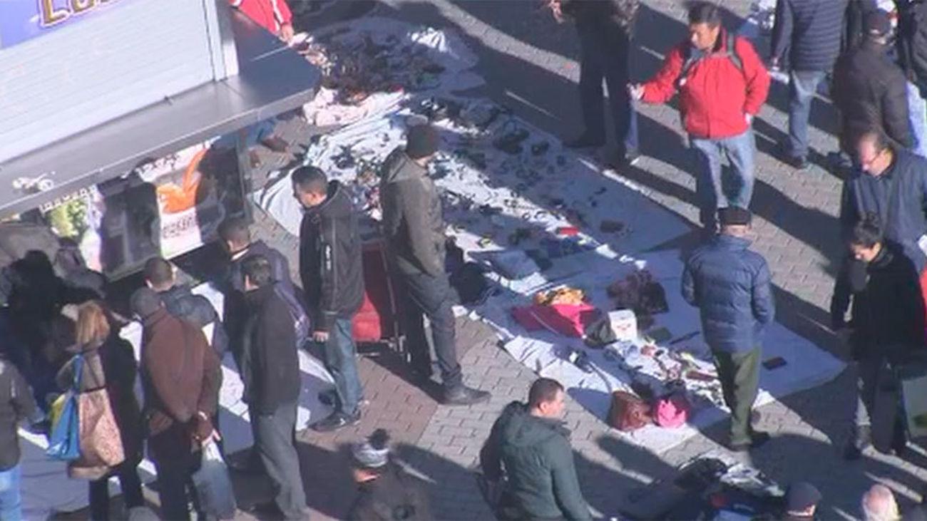 Venden objetos sacados de la basura en un mercadillo ilegal en la Plaza Elíptica