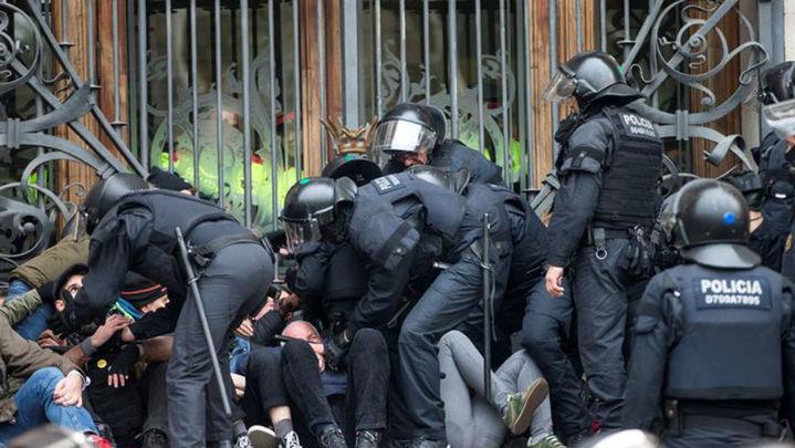 Detenidos doce activistas por bloquear el acceso al Tribunal Superior de Justicia, en Barcelona