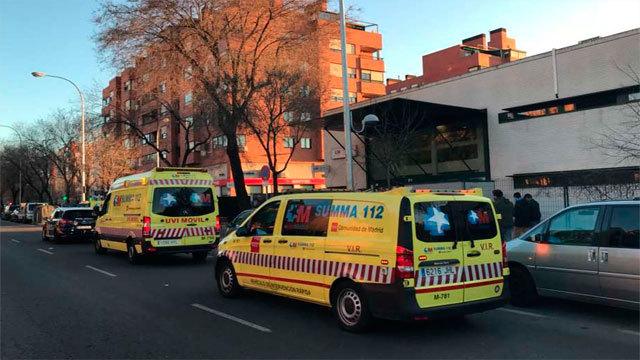 Ambulancias del Summa ante el centro de la avenida de la Institución Libre de Enseñanza