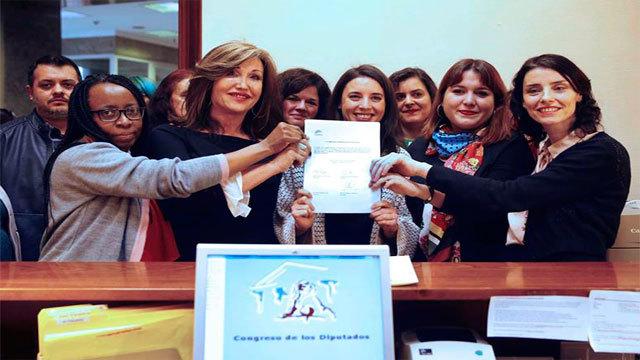 Irene Montero junto a miembros de Unidos Podemos-En Comú Podem-En Marea presenta la Proposición de ley