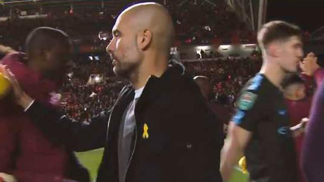 Guardiola sancionado por lucir el lazo amarillo
