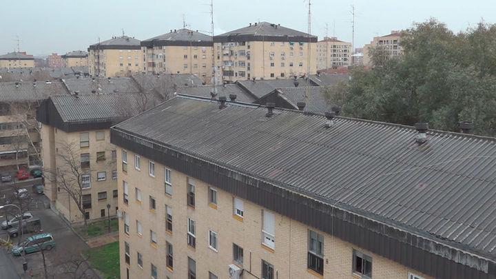 Vecinos de Orcasitas siguen sin recibir la subvención para retirar el amianto de sus tejados