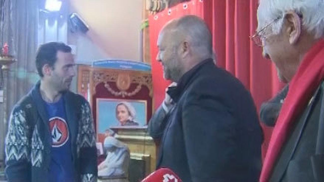 El padre Angel entrega 50 teléfonos móviles a personas sin recursos