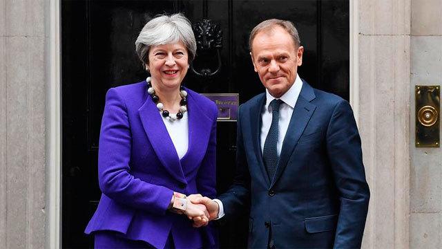La primera ministra británica, Theresa May da la bienvenida al presidente del Consejo Europeo, Donald Tusk