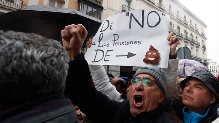 Los pensionistas se manifiestan en Hacienda, pese a la lluvia, para protestar por la subida del 0,25%