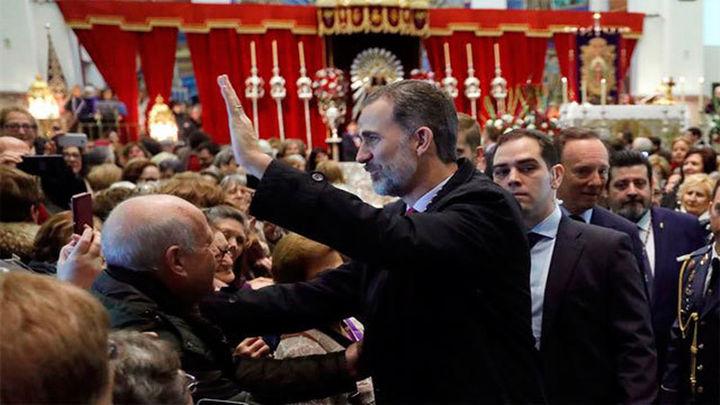 El Rey cumple con la tradición de venerar al Cristo de Medinaceli entre aplausos y vítores