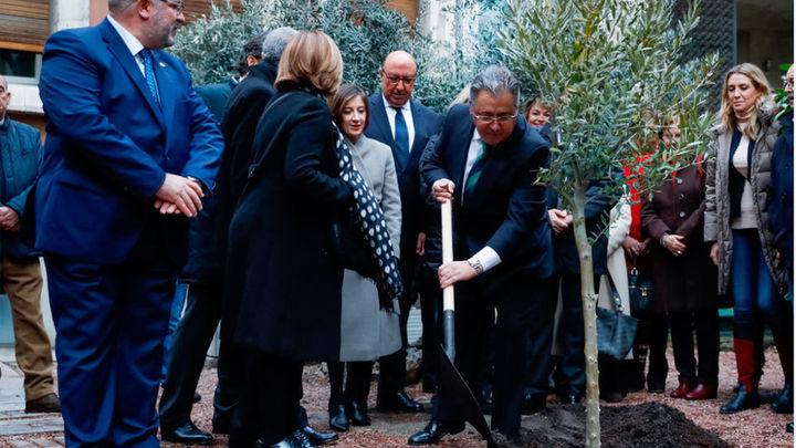 Un olivo recuerda en el Ministerio del Interior a las 193 víctimas del 11M