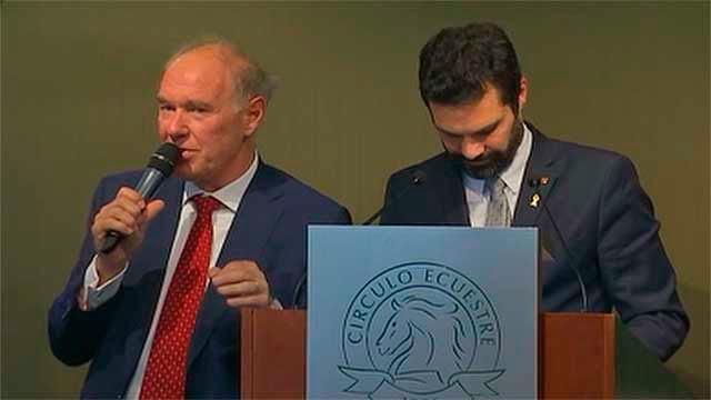 Albert Peters con el presidente del Parlament, Roger Torrent