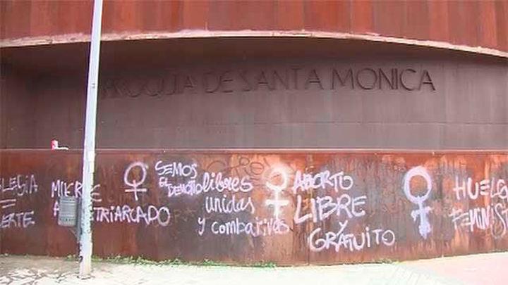 Pintadas a favor del aborto en las iglesias del Espíritu Santo de Madrid y en Santa Mónica de Rivas