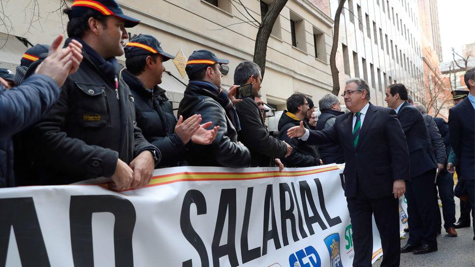 El ministro del Interior, Juan Ignacio Zoido, saluda a los policías antes de la firma del acuerdo de la equiparación salarial