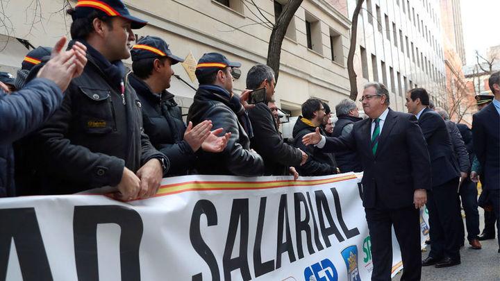 Zoido asegura que policías y guardias civiles notarán muy pronto la subida salarial